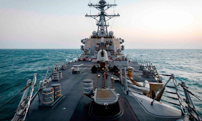 El destructor de misiles dirigidos clase Arleigh Burke USS John S. McCain (DDG 56) realiza un trayecto rutinario por el estrecho de Taiwán el 4 de febrero de 2021. (Especialista en Comunicación Masiva de 2ª Clase Markus Castaneda/ 7ª Flota de EE. UU.)