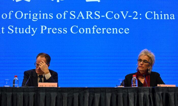 Peter Ben Embarek (izq.) y Marion Koopmans (der.) asisten a una conferencia de prensa para concluir la visita del equipo internacional de expertos de la Organización Mundial de la Salud (OMS) en la ciudad de Wuhan, en la provincia china de Hubei, el 9 de febrero. 2021. (Héctor Retamal/AFP a través de Getty Images)