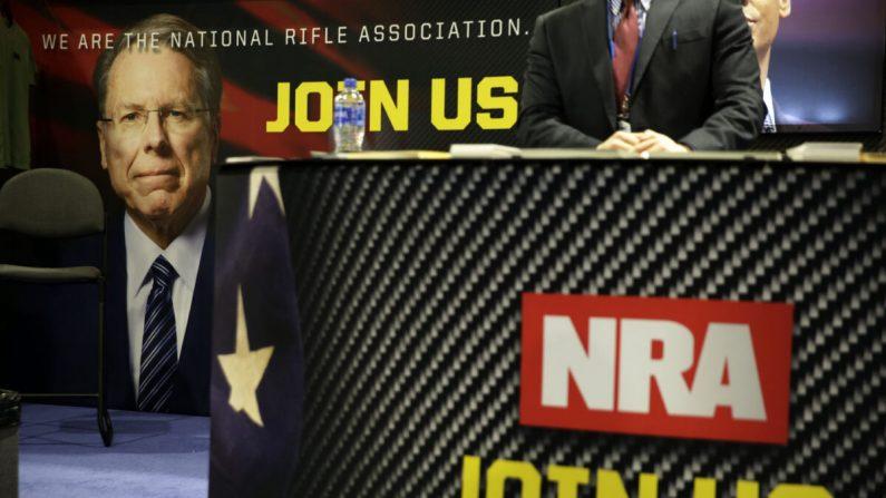 Una foto de Wayne LaPierre se ve en el stand de la Asociación Nacional del Rifle (NRA) durante la CPAC 2019 en National Harbor, Maryland, el 28 de febrero de 2019. (Alex Wong/Getty Images)