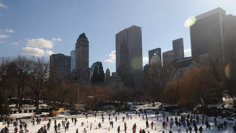 La gente patina en la pista de hielo Wollman del Central Park (Nueva York) el 31 de enero de 2009. (Brad Barket/Getty Images)