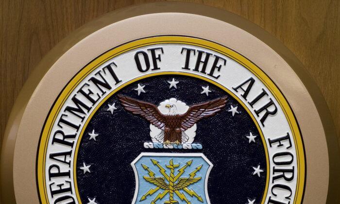 El sello del Departamento de la Fuerza Aérea cuelga de la pared del Pentágono en Washington, el 24 de febrero de 2009. (Paul J. Richards/AFP a través de Getty Images)