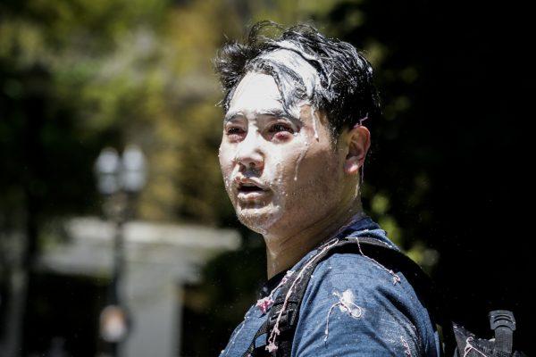 Andy Ngo, un periodista establecido en Portland, aparece cubierto de una sustancia desconocida después de ser atacado por Antifa en Portland, Oregón, el 29 de junio de 2019, (Moriah Ratner/Getty Images).