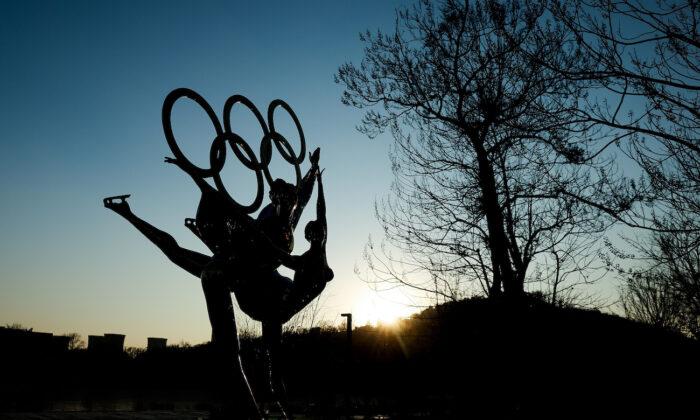 Una escultura representa a los patinadores artísticos de los Juegos Olímpicos de Invierno de Beijing 2022 en el Parque Shougang de Beijing el 16 de diciembre de 2020. (Lintao Zhang/Getty Images)