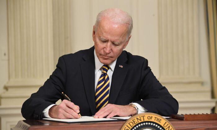 El presidente Joe Biden firma una orden ejecutiva para asegurar las cadenas de suministro críticas, en el Comedor Estatal de la Casa Blanca, en Washington, el 24 de febrero de 2021. (Saul Loeb/AFP a través de Getty Images)