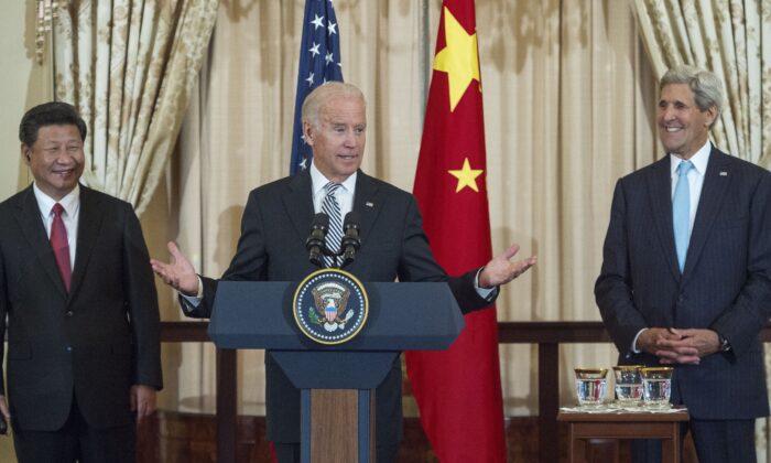 El presidente del régimen chino, Xi Jinping (izq.), y el secretario de Estado estadounidense, John Kerry (der.), escuchan mientras el vicepresidente estadounidense, Joe Biden, habla durante un almuerzo de Estado para China organizado por Kerry en el Departamento de Estado en Washington el 25 de septiembre de 2015. (Paul J. Richards/AFP vía Getty Images)