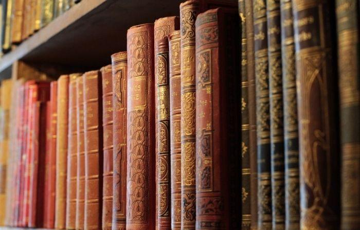 Los libros siguen siendo transmisores de pensamiento y tradición. (bboellinger/Pixabay)