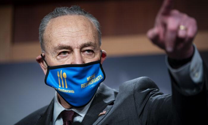 El líder de la Mayoría del Senado, Charles Schumer (D-N.Y.), habla durante una conferencia de prensa después de un almuerzo virtual de política demócrata en el Senado, en el Capitolio de Estados Unidos, el 23 de febrero de 2021. (Al Drago/Getty Images)