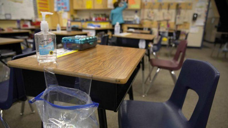 Una maestra prepara su salón de clases antes de que los estudiantes lleguen a la escuela en Freedom Preparatory Academy en Provo, Utah, el 10 de febrero de 2021. (George Frey/Getty Images)