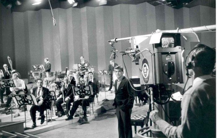 La música clásica alguna vez fue lo suficientemente popular como para justificar transmisiones televisivas. Leonard Bernstein con miembros de la Filarmónica de Nueva York ensayando para una transmisión de televisión. (Infrogmation/CC-BY-SA-2.5)