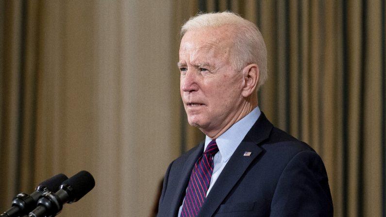 El presidente Joe Biden pronuncia un discurso sobre la economía nacional y la necesidad de la legislación de ayuda por el virus del PCCh de 1.9 billones de dólares propuesta por su administración en el Comedor de Estado de la Casa Blanca, el 5 de febrero de 2021. (Stefani Reynolds-Pool/Getty Images)