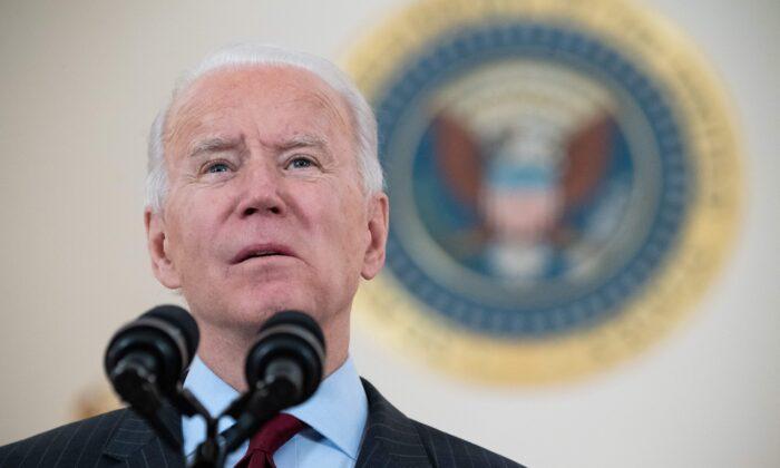 El presidente de Estados Unidos, Joe Biden, habla sobre las vidas americanas perdidas a causa del COVID-19 mientras la cifra nacional de muertos supera los 500,000 en el Cross Hall de la Casa Blanca en Washington, el 22 de febrero de 2021. (Saul Loeb/AFP a través de Getty Images)