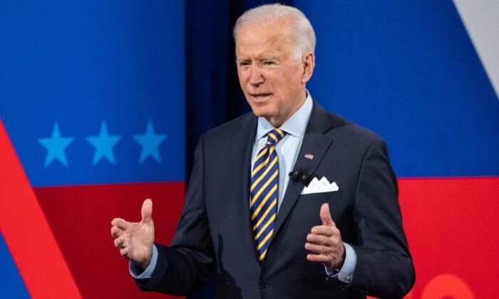 El presidente de Estados Unidos, Joe Biden, participa en un foro de la CNN en el Pabst Theater de Milwaukee, Wisconsin, el 16 de febrero de 2021. (Saul Loeb/AFP vía Getty Images)