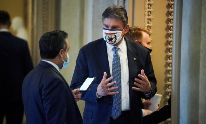 El senador demócrata estadounidense Joe Manchin habla con un periodista fuera del hemiciclo del Senado el 13 de febrero de 2021. (GREG NASH/POOL/AFP vía Getty Images)