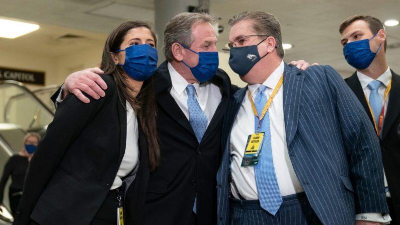 Los abogados del expresidente Donald Trump Michael van der Veen (centro) y William J. Brennan (2º dcha.) celebran la absolución de Trump en el Capitolio de EE. UU. el 13 de febrero de 2021. (Alex Edelman/AFP vía Getty Images)