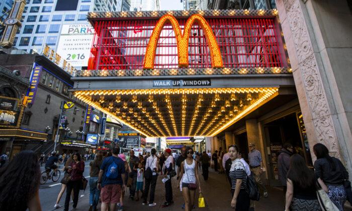 McDonald's en Times Square, Nueva York, el 23 de agosto de 2016. (Samira Bouaou/Epoch Times)