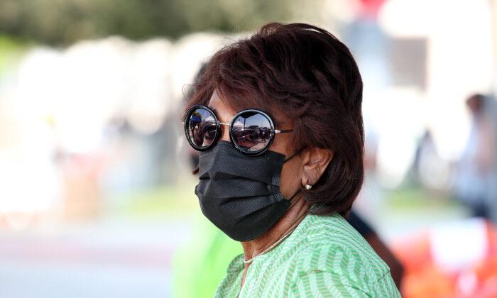 La representante Maxine Waters (D-Calif.) en Dymally High School, en Los Ángeles, California, el 26 de septiembre de 2020. (Rich Fury/Getty Images)