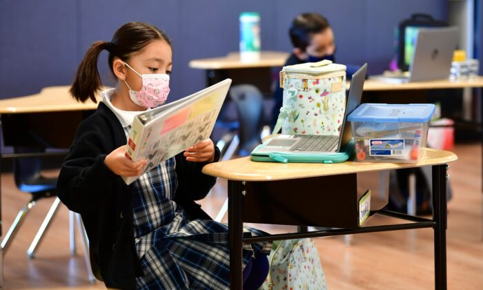 Los estudiantes de primer grado se preparan para la clase en la escuela católica St. Joseph en La Puente, California, el 16 de noviembre de 2020. (Frederic J. Brown/AFP a través de Getty Images)