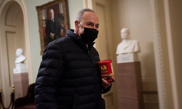 El líder de la mayoría del Senado, Chuck Schumer (D-N.Y.) camina en Capitol Hill, el 12 de febrero de 2021. (Brendan Smialowski/AFP a través de Getty Images)