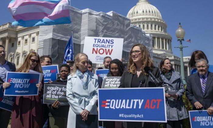 Sarah McBride, secretaria de Prensa Nacional de Human Rights Collation, habla sobre la introducción de la Ley de Igualdad, un proyecto de ley integral contra la discriminación LGBTQ en el Capitolio de los Estados Unidos, en Washington, D.C. el 1 de abril de 2019. (Tasos Katopodis/Getty Images)