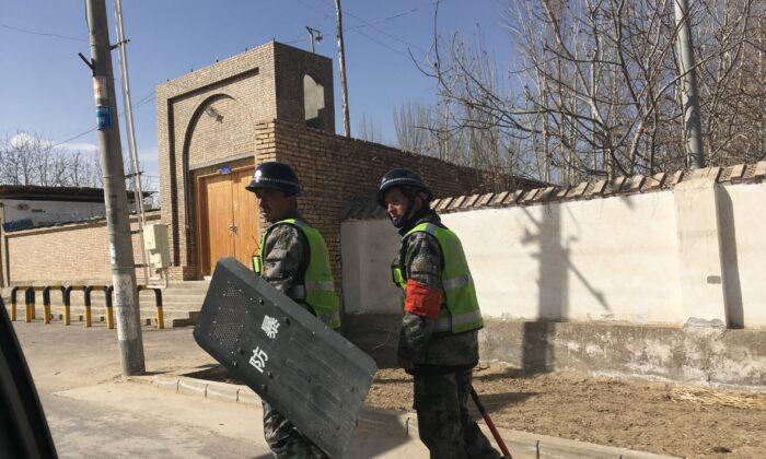 La policía patrulla un pueblo de la prefectura de Hotan, en la región china de Xinjiang, el 17 de febrero de 2018. (Ben Dooley/AFP vía Getty Images)