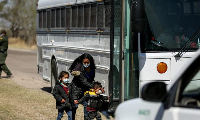Agentes de la Patrulla Fronteriza detienen un autobús lleno de inmigrantes ilegales, en Peñitas, Texas, el 10 de marzo de 2021. (Charlotte Cuthbertson/The Epoch Times)