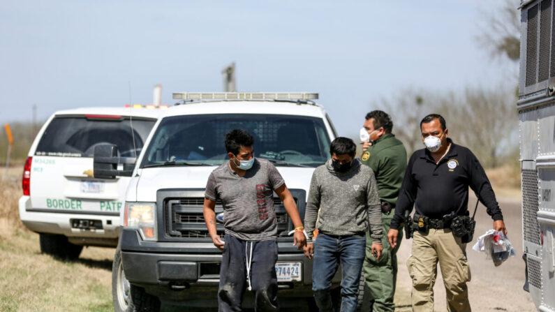 Los agentes de la Patrulla Fronteriza detuvieron un autobús lleno de inmigrantes ilegales en Penitas, Texas, el 10 de marzo de 2021. (Charlotte Cuthbertson/The Epoch Times)
