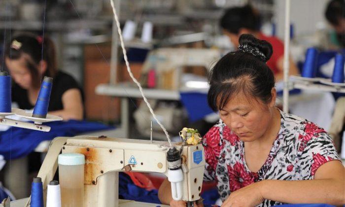 Trabajadoras en una fábrica de ropa en Hefei, en la provincia de Anhui, en el este de China. La industria de fabricación de prendas de vestir de China está experimentando una recesión. (STR/AFP/Getty Images)
