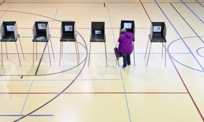 Una mujer vota en Durham, Carolina del Norte, el 8 de noviembre de 2016. (Sara D. Davis/Getty Images)