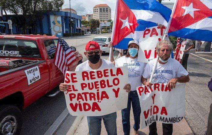 """La caravana, con carteles de """"Patria y Vida"""" y banderas cubanas, estadounidenses y venezolanas, transitó, entre otras, por la famosa Calle Ocho, en el corazón de la Pequeña Habana, en Miami. EFE/EPA/CRISTOBAL HERRERA-ULASHKEVICH"""