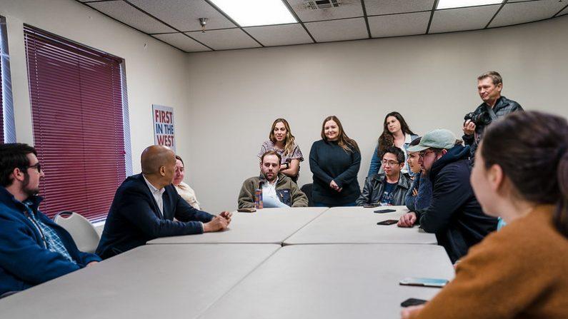 Partido Demócrata del Estado de Nevada en una reunión con el senador Cory Booker, Las Vegas, Nevada, EE.UU., 18 de diciembre de 2019. ( Flickr/Cory Booker)(CC BY-NC-SA 2.0)