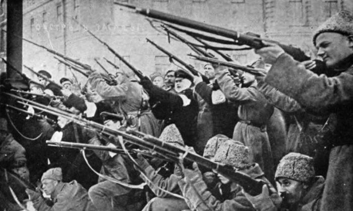 """Revolucionarios bolcheviques atacando a la policía zarista en los primeros díasde la Revolución Rusa, en 1917. De la obra de Edward Alsworth Ross """" La revolución bolchevique rusa"""", 1921. (Dominio público)"""