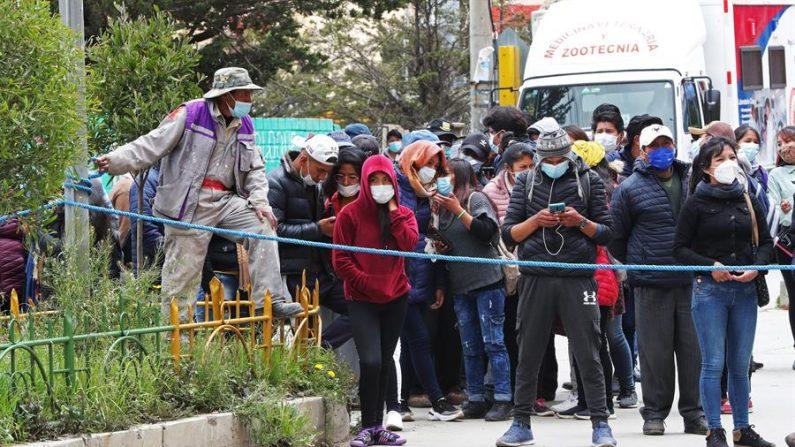 Estudiantes y familiares esperan información tras el accidente en el que murieron varios estudiantes el 2 de marzo de 2021, en El Alto (Bolivia). EFE/ Martin Alipaz
