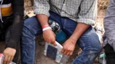 Los cárteles utilizan pulseras para rastrear el contrabando de personas en la frontera