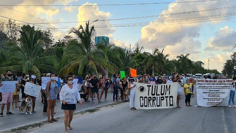 Personas bloquean la carretera después de la muerte de la migrante salvadoreña debido al abuso en su detención por fuerzas policiacas en el municipio de Tulum, en Quintana Roo (México). EFE/ Str