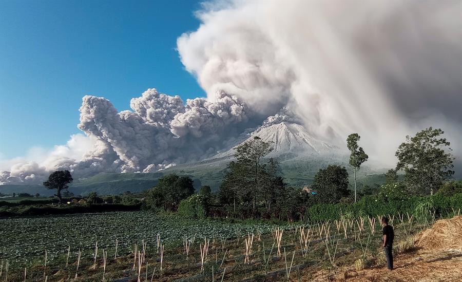Volcán Sinabung de Indonesia emite columna de humo de 5000 metros de altura