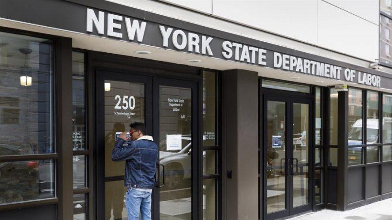 La cifra de solicitudes del subsidio por desempleo en Estados Unidos bajó a 712,000 la semana pasada, comparada con los 754,000 trámites de la semana anterior, informó este jueves 11 de marzo la Oficina de Estadísticas Laborales (BEA). EFE/EPA/Justin Lane/Archivo