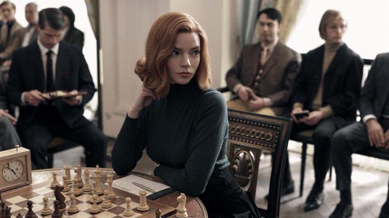 """Fotografía cedida por Netflix donde aparece la actriz Anya Taylor-Joy como Beth Harmon, durante una escena de la serie limitada """"Gambito de dama"""". EFE/Netflix"""