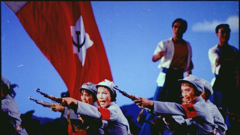 Se muestra una escena del Destacamento Rojo de Mujeres, un ballet de propaganda del PCCh. (Archivos Nacionales y Administración de Registros de EE.UU.)