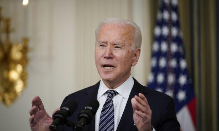 El presidente Joe Biden pronuncia un discurso en el Comedor de Estado de la Casa Blanca el 15 de marzo de 2021. (Drew Angerer/Getty Images)