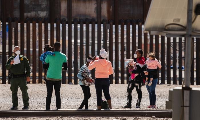 Agentes de la Patrulla Fronteriza detienen a un grupo de inmigrantes ilegales cerca del centro de El Paso, Texas, el 15 de marzo de 2021. (Justin Hamel/AFP vía Getty Images)