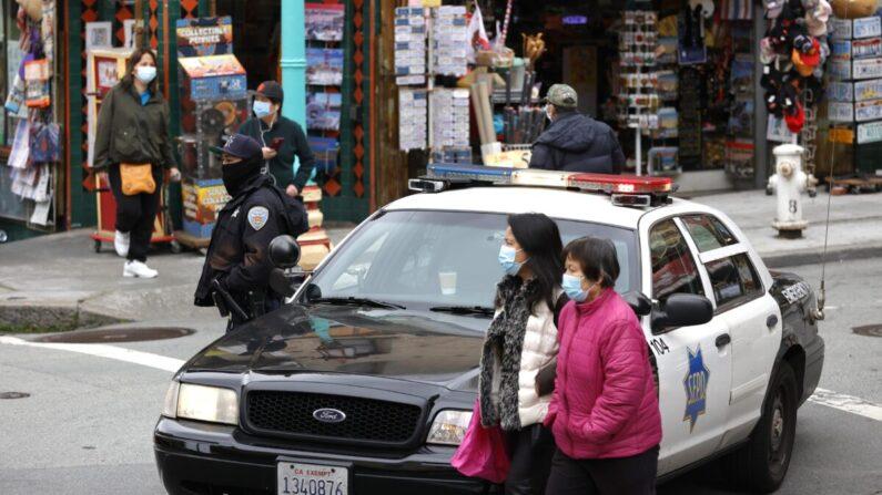 Un oficial de policía en Grant Avenue, Chinatown, en San Francisco el 17 de marzo de 2021. (Justin Sullivan/Getty Images)