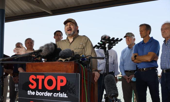 El senador Ted Cruz (R-Texas) habla con los medios de comunicación después de un recorrido por parte del río Grande en un barco del Departamento de Seguridad Pública de Texas en Mission, Texas, el 26 de marzo de 2021. (Joe Raedle/Getty Images)