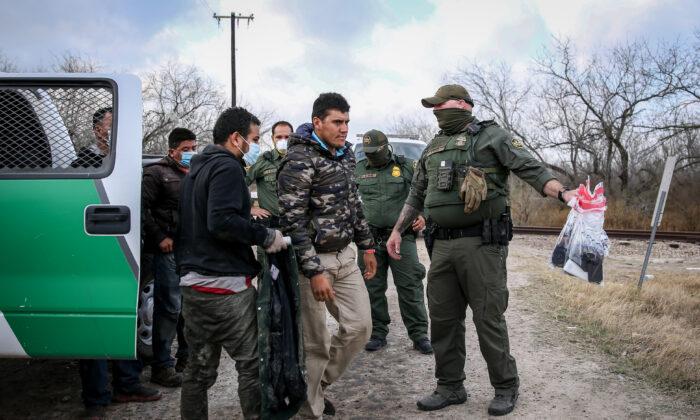 Agentes de la Patrulla Fronteriza arrestan a unas dos docenas de inmigrantes ilegales, en Penitas, Texas, el 11 de marzo de 2021. (Charlotte Cuthbertson/The Epoch Times)