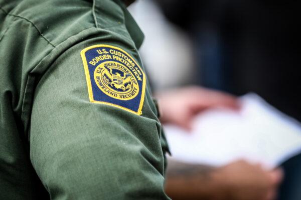Los agentes de la Patrulla Fronteriza arrestan a unas dos docenas de inmigrantes ilegales en Penitas, Texas, el 11 de marzo de 2021. (Charlotte Cuthbertson/The Epoch Times)