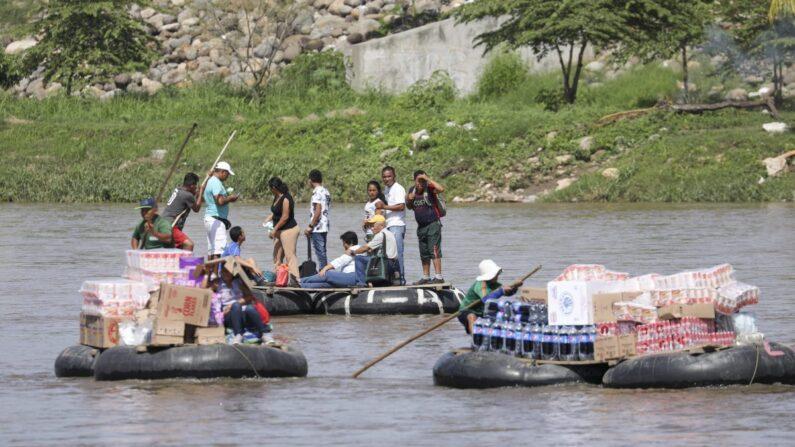 Balsas de tubo transportan personas y mercancías a través del río Suchiate desde Hidalgo, México, hasta Tecun Uman, Guatemala, el 25 de junio de 2019. (Charlotte Cuthbertson/The Epoch Times)