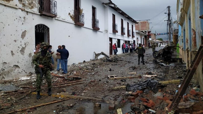 Fotografía cedida por la Alcaldía de Corinto que muestra los destrozos causados por la explosión de un vehículo bomba frente a la Alcaldía del municipio, el 26 de marzo de 2021 en Corinto (Colombia). EFE/Alcaldía de Corinto
