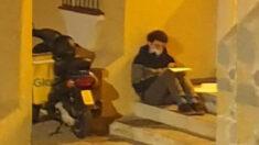 Joven español repartidor de comida que estudiaba entre cada entrega, es recompensado tras volverse viral