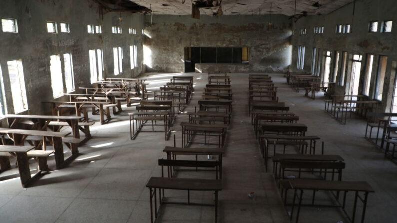 Aula vacía de la Escuela de Ciencias del Gobierno donde hombres armados secuestraron a docenas de estudiantes y personal, en Kagara, gobierno local de Rafi, estado de Níger, Nigeria, el 18 de febrero de 2021 (Kola Sulaimon / AFP a través de Getty Images)