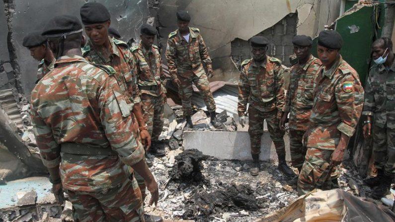 El personal militar ve los escombros después de una explosión en Bata, Guinea Ecuatorial, el 8 de marzo de 2021. EFE / EPA / JOSE LUIS ABECARA AGUESOMO