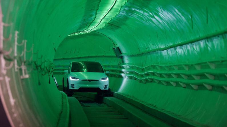 Elon Musk, cofundador y director ejecutivo de Tesla Inc., llega en un vehículo eléctrico Tesla Model X modificado durante un evento de presentación para el túnel de prueba de The Boring Company Hawthorne el 18 de diciembre de 2018 en Hawthorne, California. (Robyn Beck-Pool / Getty Images)